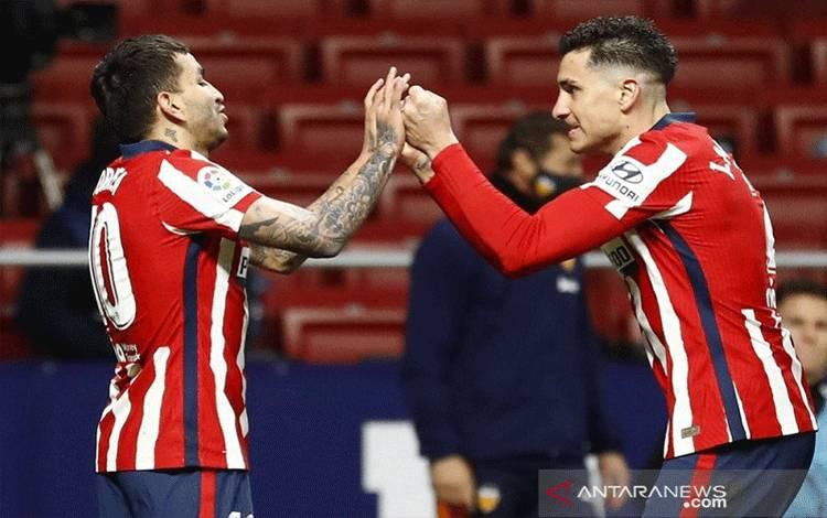 Gelandang serang Atletico Madrid Angel Correa (kiri) melakukan selebrasi bersama Jose Gimenez setelah mencetak gol ketiga timnya ke gawang Valencia dalam lanjutan Liga Spanyol di Stadion Wanda Metropolitano, Madrid, Spanyol, Minggu (24/1/2021) waktu setempat. (ANTARA/REUTERS/Juan Medina)
