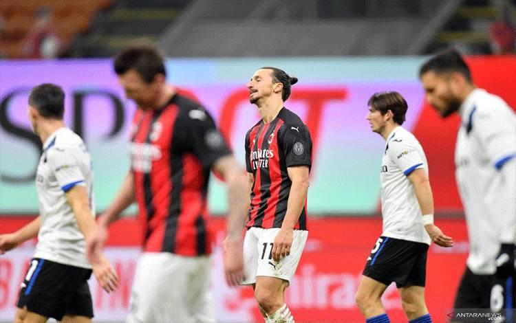 Penyerang AC Milan Zlatan Ibrahimovic berjalan keluar lapangan setelah memainkan pertandingan Liga Italia melawan Atalanta di Stadion San Siro, Milan, Sabtu (24/1/2021). (ANTARA/REUTERS/DANIELE MASCOLO)