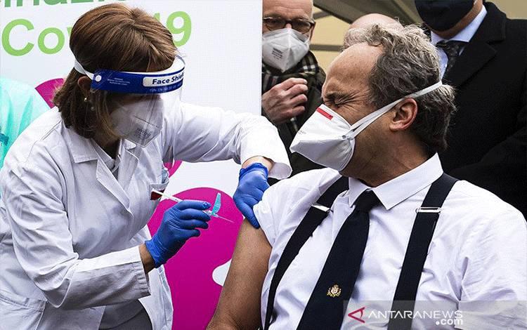 Giovanni Di Perri, dokter spesialis Italia yang juga direktur departemen penyakit menular Savoia Hospital, disuntik vaksin Covid-19, pada Minggu (27/12/020) di Turin, Italia. ANTARA/Sipa USA via REUTERS/Nicom Campo/am. (ANTARA/Sipa USA via REUTERS/Nicom Campo)