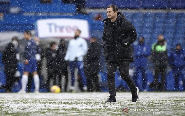 Manajer Chelsea Frank Lampard saat memimpin sesi pemanasan timnya jelang sepak mula laga putaran keempat Piala FA melawan Luton Town di Stadion Stamford Bridge, London, Inggris, Minggu (24/1/2021). (ANTARA/REUTERS/ACTION IMAGES/John Sibley)