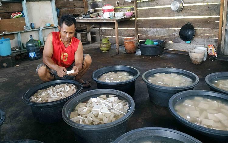 Pengrajin tahu di Kuala Pembuang mengeluhkan kenaikan harga kedelai.