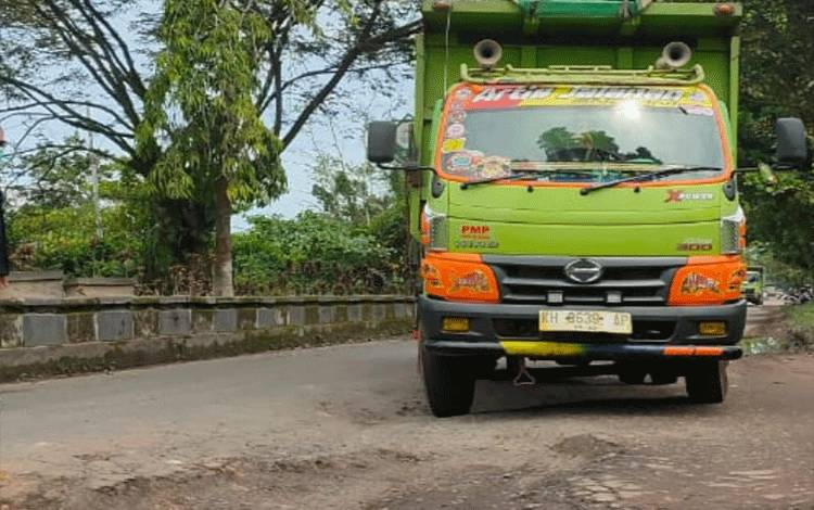 Kerusakan jalan dalam Kota Sampit.