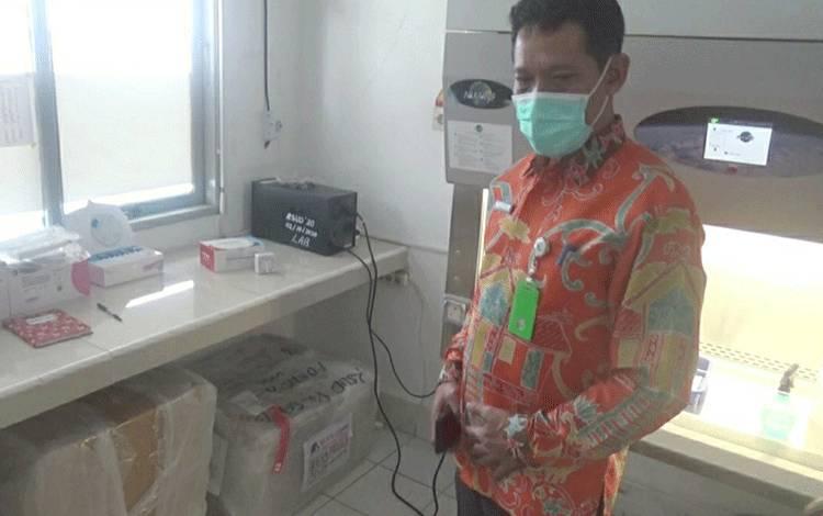 Direktur RSUD Kapuas, Agus Waluyo saat menunjukkan peralatan Uji PCR yang baru diterima dari BNPB.
