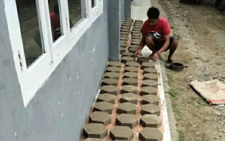 Hasil karya warga binaan dalam membuat paving di Rutan Kelas II B Kuala Kapuas.