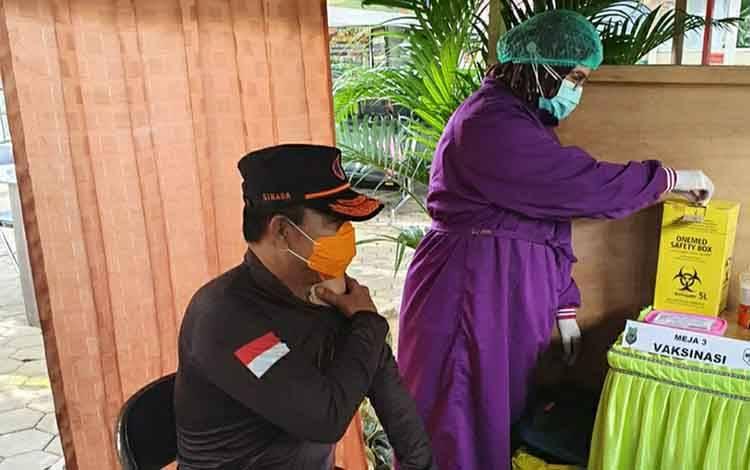Ketua Harian Satgas Penanganan Covid-19 Kapuas, Panahatan Sinaga saat ikuti vaksinasi covid-19 di Puskesmas Melati pada Senin 25 Januari 2021.