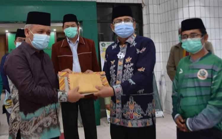 Kakanwil Kemenag Kalteng, Abdul Rasyid menyerahkan donasi uang tunai maupun sejumlah barang kepada Kakanwil Kemenag Kalsel yang ditujukan untuk korban banjir Kalsel
