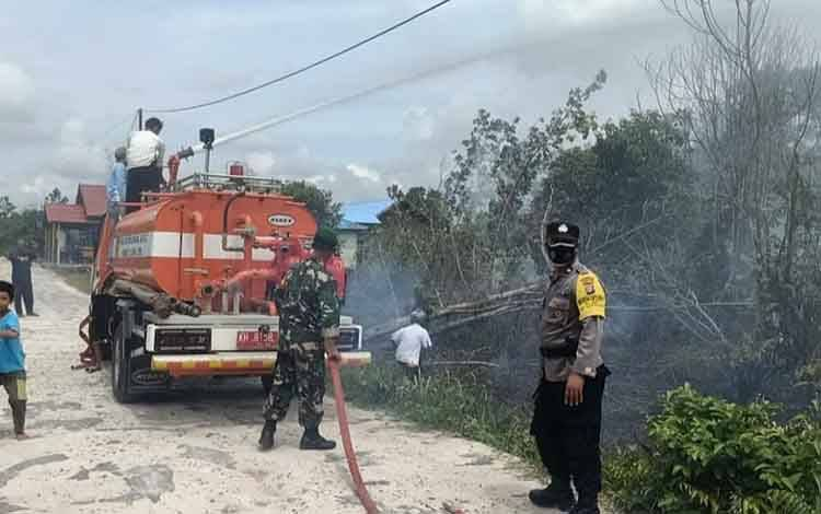 Mobil damkar diturunkan padamkan kebakaran lahan diduga akibat sisa pembakaran sampah