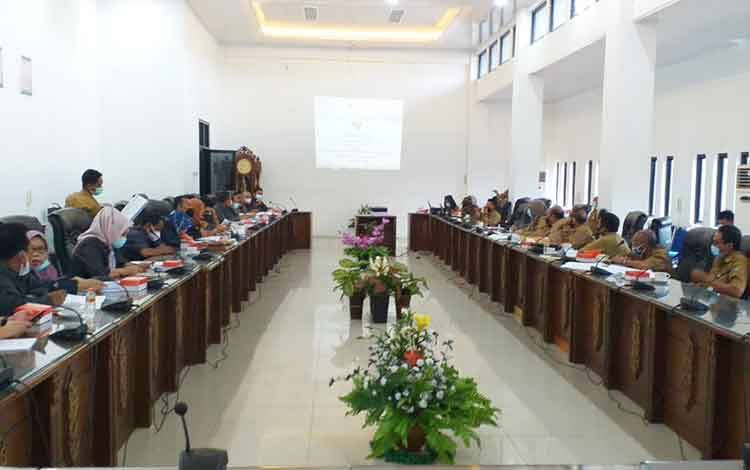 Rapat pembahasan Raperda Pilkades serentak dan antar waktu antara DPRD dengan Pemkab Barito Utara, Senin 25 Januari 2021