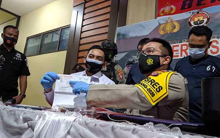 Kapolres Kotim AKBP Abdoel Harris Jakin menunjukan surat keterangan rapid test antigen palsu