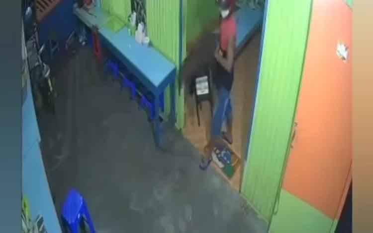 Aksi pencurian kotak amal di Jalan Sukabumi yang terekam CCTV.