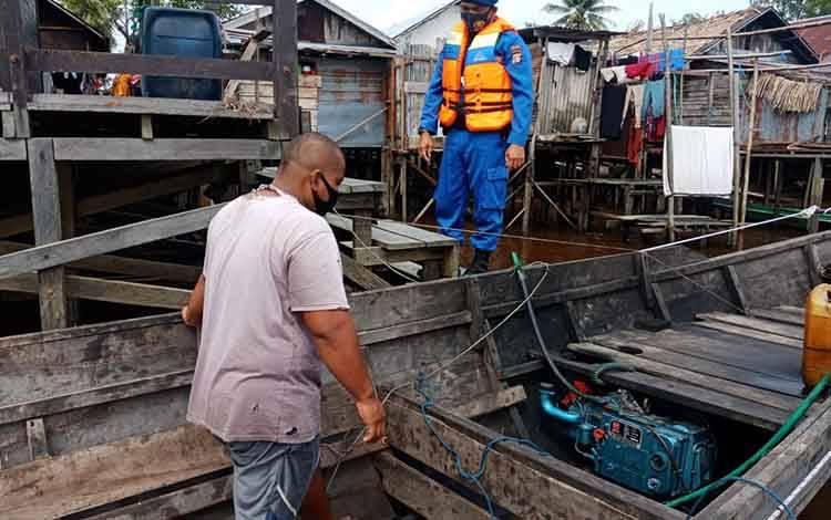 Personel Polair Polres Seruyan memberikan sosialisasi protokol kesehatan kepada warga pesisir