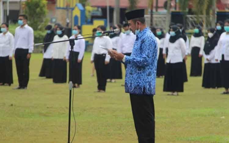 Kepala BKPSDM Kota Palangka Raya, Sabirin Muhtar saat membacakan SK pengangkatan CPNS