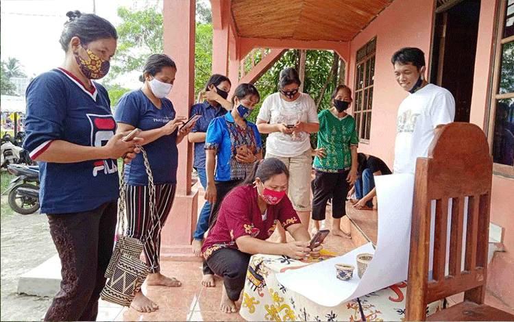 Komunitas UMKM di Kalimantan Tengah sedang memotret hasil karyanya untuk dijual online.