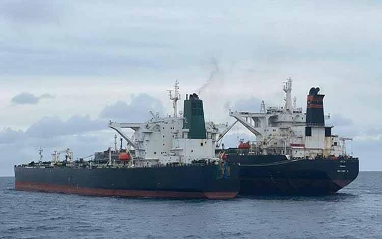 Dua kapal berjenis motor tanker (MT) berbendera asing diamankan Badan Keamanan Laut (Bakamla) di perairan Pontianak, Kalimantan Barat, Ahad, 24 Januari 2021. KN Marore-322 milik Bakamla menangkap dua kapal tanker berbendera Iran dan Panama yang diduga melakukan transfer BBM illegal. ANTARA/HO/Bakamla