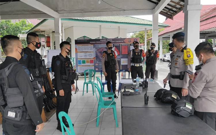 Personel yang tergabung dalam Operasi Aman Nusa II sedang melakukan Miping pengawalan vaksin covid-19 ke Pulpis dan Kapuas. Pemberangkatan dari Gudang Farmasi Dinkes Kalteng.