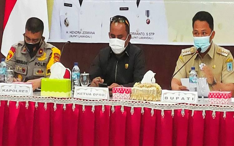 Wakapolres Lamandau Kompol Harman Subarkah (kiri) menghadiri Rapat Koordinasi Forkopimda bersama Tim Satgas Percepatan Penanganan Covid-19 Kabupaten Lamandau. Pada momen itu, ia menyampaikan pentingnya penerapan protokol kesehatan.