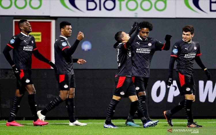 Para pemain PSV Eindhoven saat merayakan gol pertama yang dicetak Mauro Junior ke gawang FC Emmen saat keduanya bertemu dalam laga pekan ke-19 Liga Belanda di Stadion De Oude Meerdijk, Selasa (26/1/2021). (ANTARA/Pro Shots/Sipa USA via Reuters)