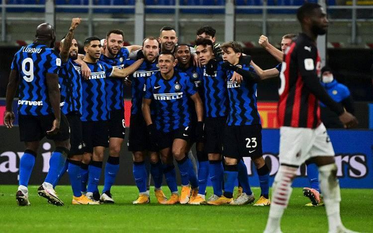 Para pemain Inter Milan merayakan gol yang dicetak Christian Eriksen (tengah) ke gawang AC Milan pada pertandingan perempat final Piala Italia yang dimainkan di Stadion Giuseppe Meazza, Milan, Selasa (26/1/2021). (ANTARA/AFP/MIGUEL MEDINA)