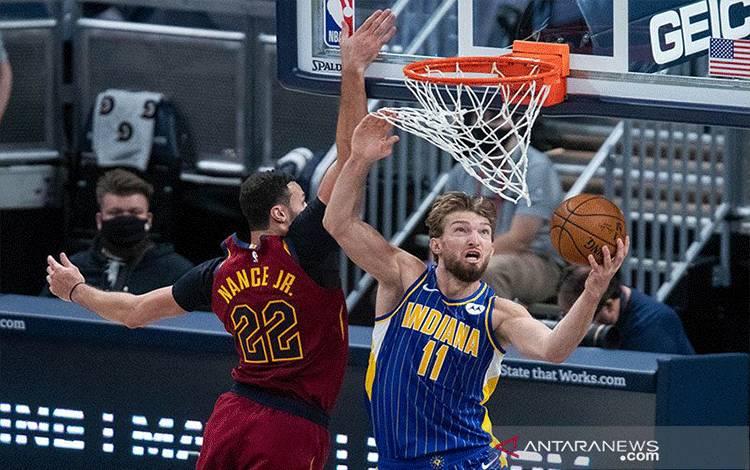Forward Indiana Pacers Domantas Sabonis (11) melakukan tembakan, dibayangi forward Cleveland Cavaliers Larry Nance Jr. (22) dalam pertandingan NBA, Kamis (31/12/2020). ANTARA/REUTERS/Trevor Ruszkowski-USA TODAY Sports/aa.