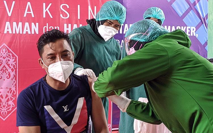 Bupati Kotim Supian Hadi, saat divaksin oleh dokter.
