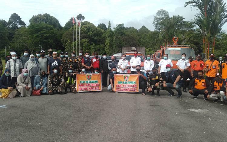 Bupati Katingan Sakariyas bersama Wakil Bupati Sunardi Litang foto bersama relawan yang diberangkat ke Kabupaten HST.