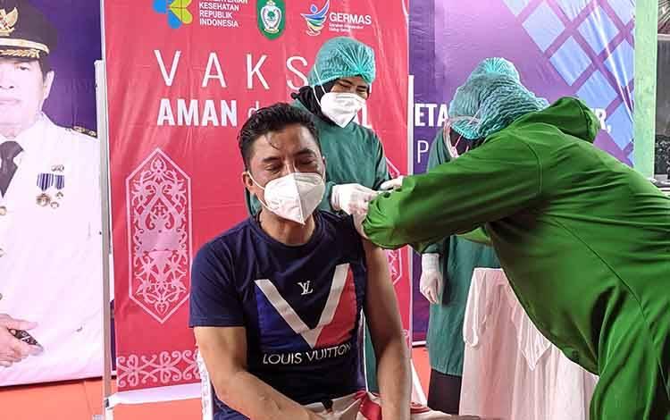 Bupati Kotim, Supian Hadi saat disuntik vaksin covid-19 oleh tim medis di Puskesmas Baamang II Sampit, Rabu, 27 Januari 2021.