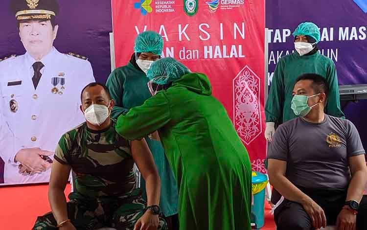 Dandim 1015 Sampit Letkol CZI Akhmad Safari dan Kapolres Kotim AKBP Abdoel Harris Jakin saat divaksin covid-19.