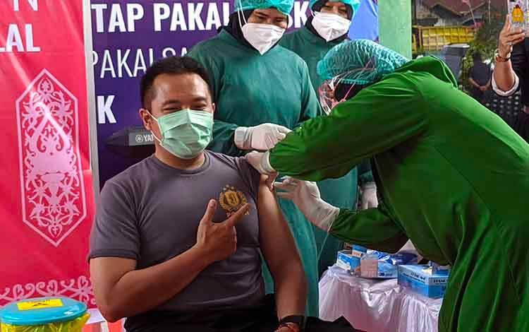 Kapolres Kotim AKBP Abdoel Harris Jakin saat disuntik vaksin Covid-19