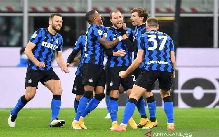 Gelandang Inter Milan Christian Eriksen (tengah) melakukan selebrasi usai mencetak gol dalam pertandingan Coppa Italia lawan AC Milan di San Siro, Milan, Italia pada 27 Januari 2021