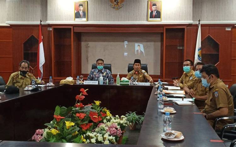 Wakil Bupati Mura Rejikinnor bersama sejumlah pejabat saat mengikuti kunker virtual anggota DPD RI. (foto Trisno)