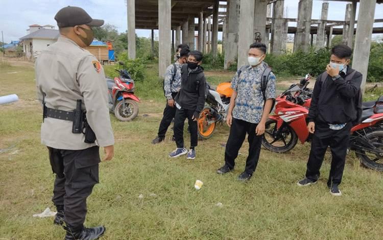 Personel Polsek Seruyan Tengah mengingatkan warga pentingnya penerapan protokol kesehatan.