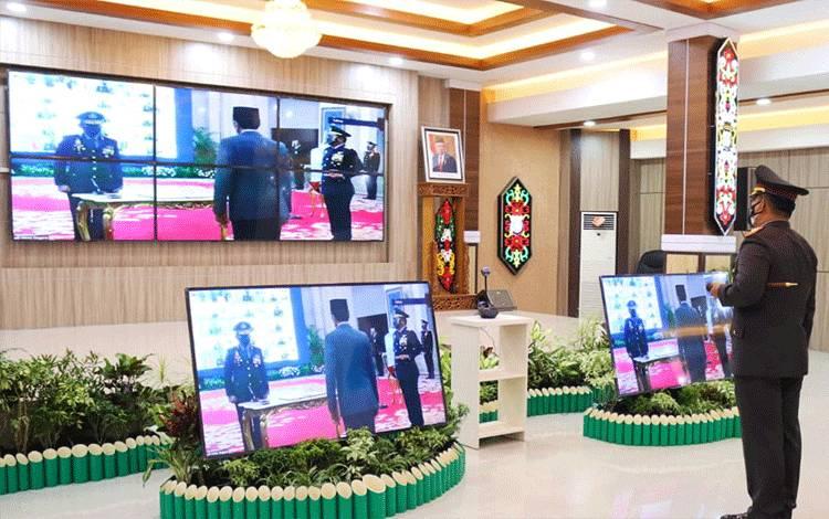 Kapolda Kalteng Irjen Dedi Prasetyo mengikuti upacara pelantikan Kapolri secara virtual.