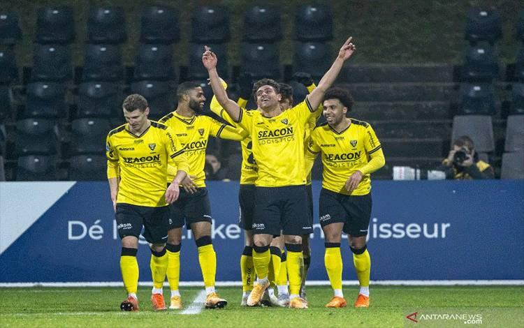 Para pemain VVV Venlo merayakan gol Georgios Giakoumakis ke gawang Vitesse saat keduanya bertemu dalam laga pekan ke-19 Liga Belanda di Stadion Covebo De Koel, Rabu (27/1/2021). (ANTARA/Pro Shots/Sipa USA via Reuters).