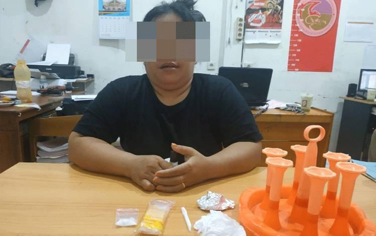 Seorang tersangka pengedar sabu yang diringkus jajaran Satreskoba Polres Kotim.