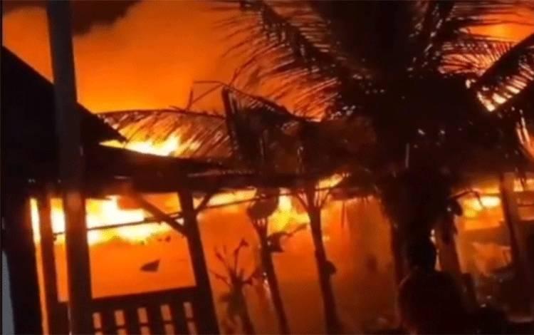 Kebakaran rumah yang terjadi di Kompleks Kamar 20 Sampit, Kamis malam, 28 Januari 2021.