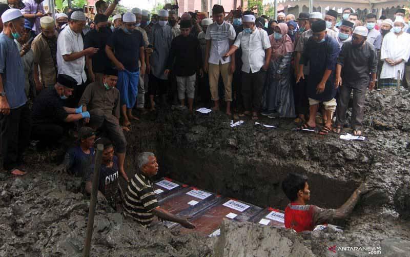 Suasana pemakaman lima jenazah korban kecelakaan pesawat Sriwijaya Air di Pontianak, Kalimantan Barat, Minggu (24/1/2021). (foto : ANTARA FOTO/Jessica Helena Wuysang/foc)