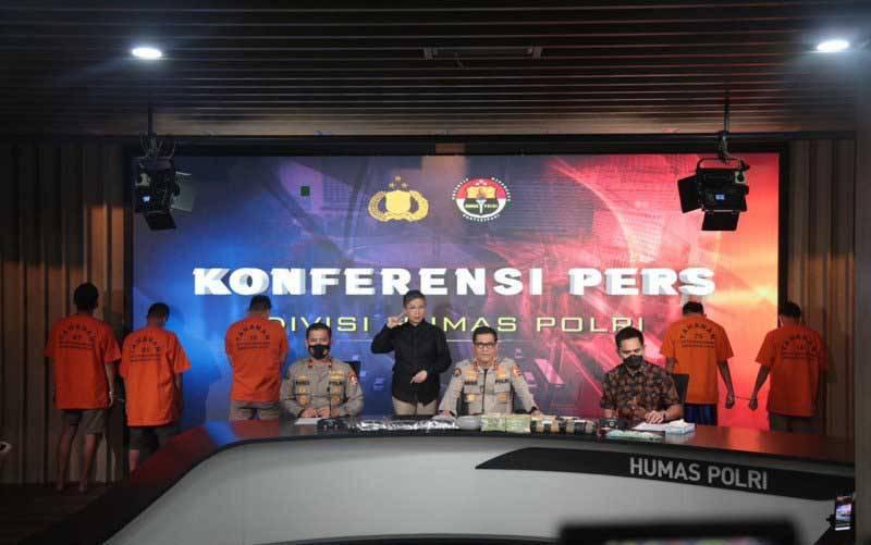 Kadiv Humas Polri Irjen Pol Raden Prabowo Argo Yuwono (tengah) bersama Direktur Tindak Pidana Narkoba Bareskrim Polri Brigjen Pol Krisno Halomoan Siregar (ketiga kanan) dan Karo Penmas Divhumas Polri Brigjen Pol Rusdi Hartono (keempat kiri) saat konferensi pers pengungkapan narkoba asal Malaysia. (foto : ANTARA/ HO-Polri)
