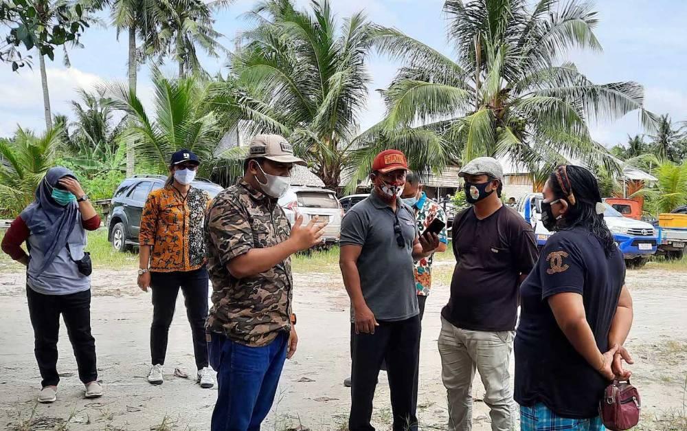 Wabup Kobar, Ahmadi Riansyah meninjau objek wisata terkait rencana reaktivasi kembali.