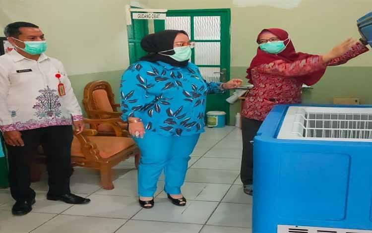 Wakil Ketua 3 DPRD Kalteng, Faridawaty Darland Atjeh melihat ruang penyimpanan vaksin Covid-19 di puskesmas di Kabupaten Katingan
