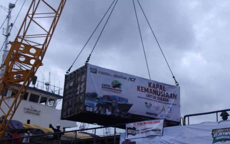 Kontainer berisi bantuan logistik yang dihimpun ACT untuk korban gempa bumi di Sulawesi Barat diangkat ke atas kapal yang sandar di Pelabuhan Tanjung Priok, Jakarta. (ANTARA/HO/ACT)