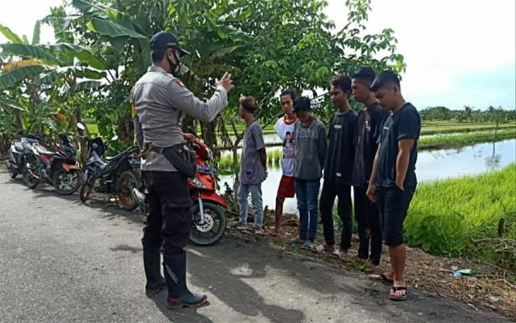 Personel Polsek Kapuas Kuala saat memberikan imbauan kepada sejumlah remaja di Desa Tamban Baru Selatan pada Sabtu sore, 30 Januari 2021