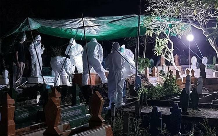 DOKUMENTASI - Tim medis RSUD Sultan Imanuddin Pangkalan Bun bersama personel Polres Kobar makamkan pasien Covid-19 dengan protokol kesehatan.