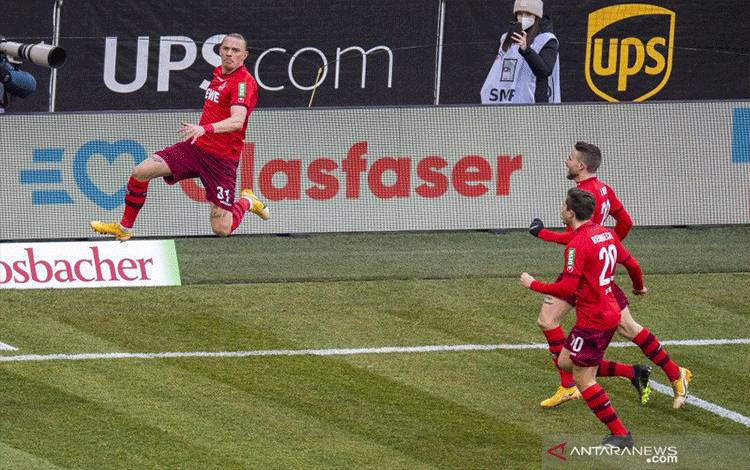 Gelandang Cologne Marius Wolf (kiri) merayakan gol yang dicetaknya ke gawang Arminia Bielefeld pada pertandingan Liga Jerman yang dimainkan di di Stadion RheinEnergie, Cologne, Minggu (31/1/2021). (ANTARA/imago images/Kirchner-Media via/Christopher Neundorf)