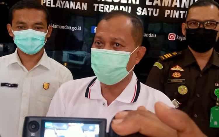 Kajari Lamandau Agus Widodo didampingi dua jaksa pengacara negaranya, Bruryanto Sukahar dan Ma'ruf Muzakir, saat memberikan keterangan, Senin, 1 Februari 2021