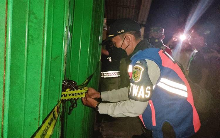 Tim Satgas Covid-19 Kota Palangka Raya melakukan penyegelan sebuah THM di Jalan Tingang, Selasa malam, 3 Februari 2021.