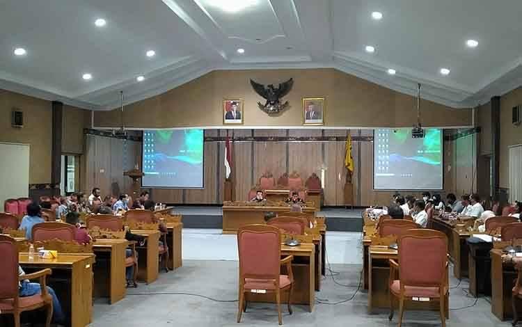 Rapat dengar pendapat terkait kerusakan jalan di Dusun Terobos setelah dilalui angkutan perusahaan PT NSP.