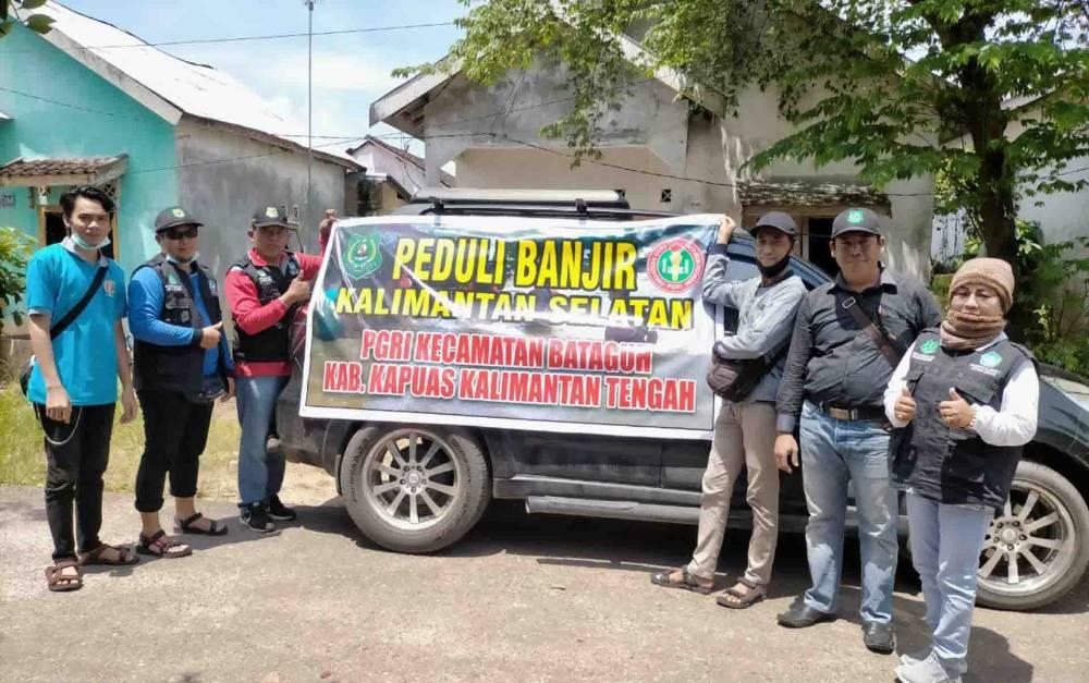 Pengurus PGRI Kecamatan Bataguh saat hendak menyalurkan bantuan untuk korban terdampak banjir di Kalsel.