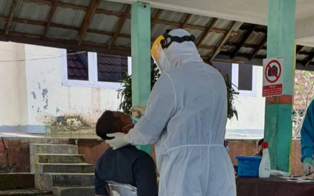 Swab test pasien di Kotawaringin Barat.