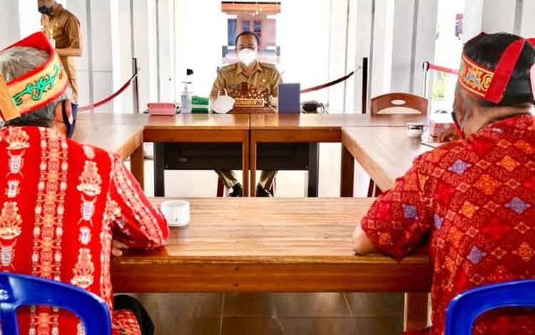 Bupati Seruyan Yulhaidir saat menggelar pertemuan bersama damang se Kabupaten Seruyan