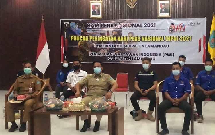 Bupati Hendra Lesmana bersama Kadiskominfo dan Pengurus PWI Lamandau saat mengikuti HPN secara virtual, di Aula Setda Lamandau, Selasa 9 Februari 2021.